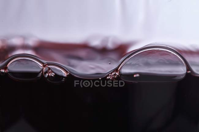 Luftblasen in Rotwein — Stockfoto