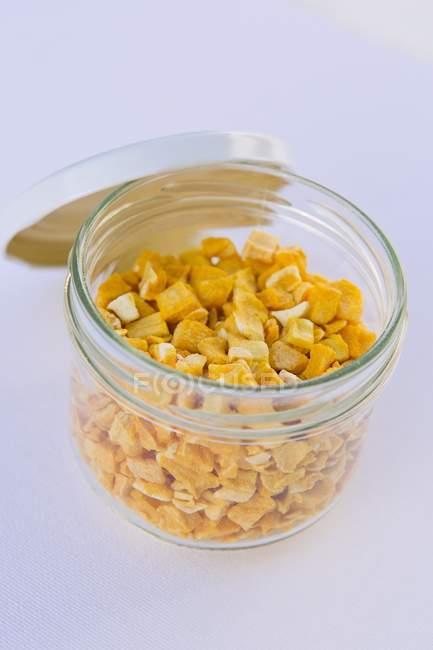 Vista de cerca de las piezas de mango liofilizadas en frasco - foto de stock