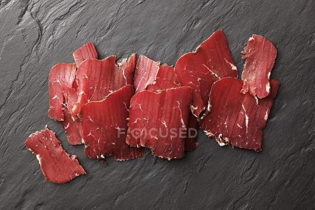 Carne de bovino fumada em fatias — Fotografia de Stock