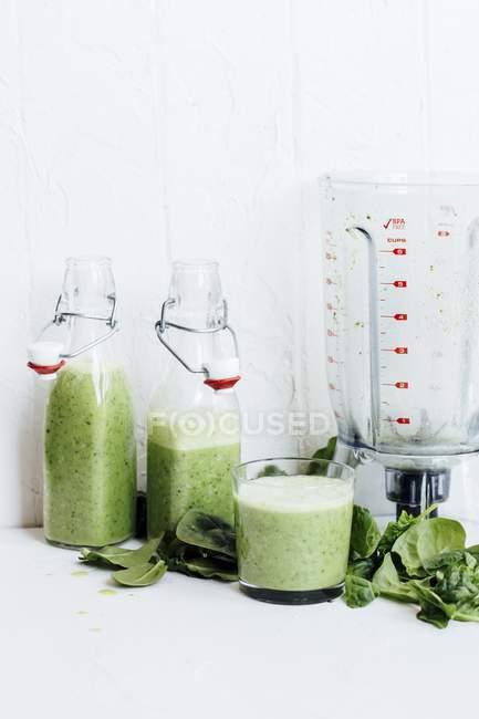 Зеленые коктейли со шпинатом — стоковое фото