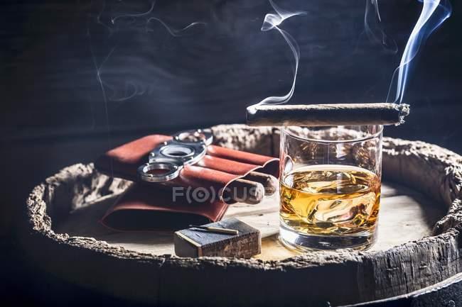 Я курю сигарету за келихом віскі — стокове фото