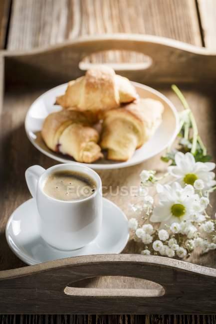 Espresso con cornetti e fiori — Foto stock