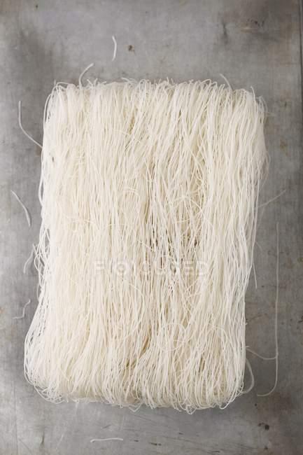 Trockene ungekochte chinesische Reisnudeln — Stockfoto