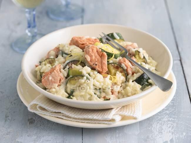 Рис для ризотто лосося и цукини — стоковое фото