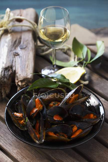 Mejillones en vino blanco - foto de stock