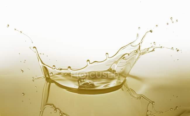 Крупный план всплеска желтого масла — стоковое фото