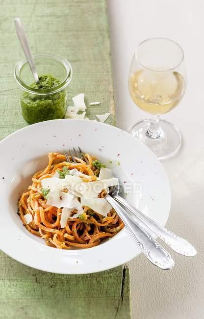 Морковь спагетти с дикий чеснок — стоковое фото