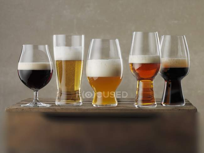 Келихи пива на коробці — стокове фото
