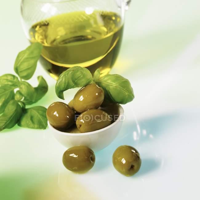 Оливки зелёные с оливковым маслом — стоковое фото