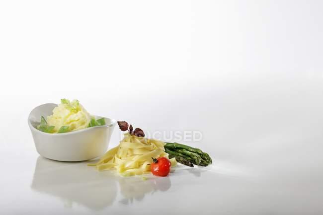 Tagliatelle mit Sautierte Kirschtomaten — Stockfoto