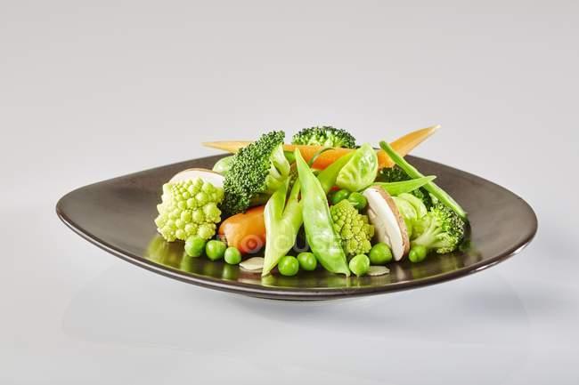 Плита из овощей с Романеско — стоковое фото