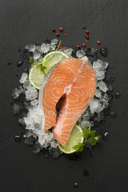Свежий стейк из лосося — стоковое фото