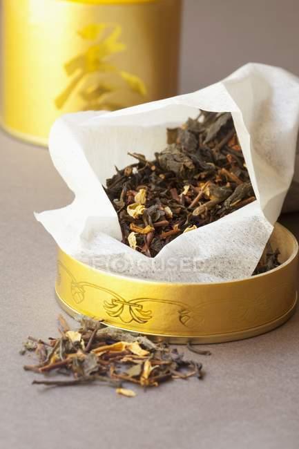 Grüner Tee in einem Tee-caddy — Stockfoto