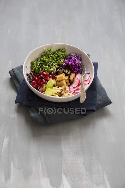 Salad with tofu and cashew nuts — Stock Photo