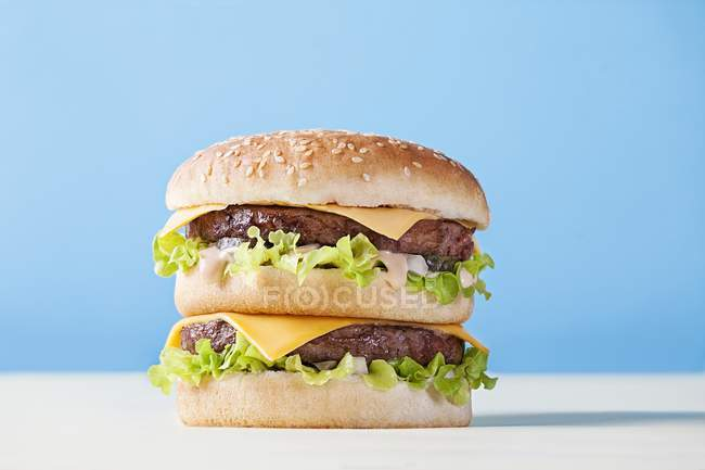 Big Mac en superficie blanca - foto de stock