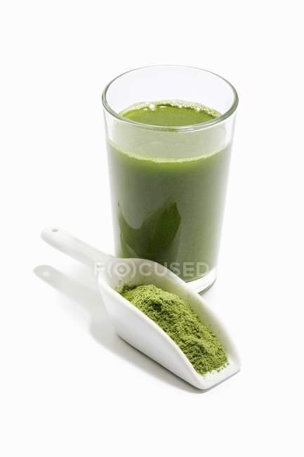 Grüner Smoothie mit Weizengras — Stockfoto