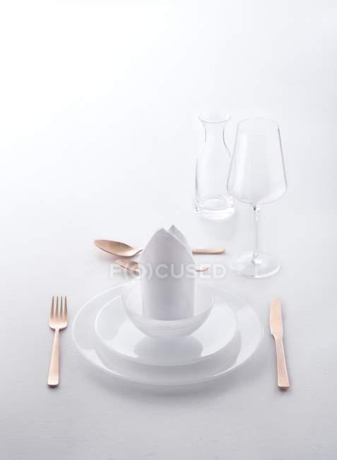 Erhöhten Blick auf eine weiße Tischgedeck mit Kupfer Besteck — Stockfoto