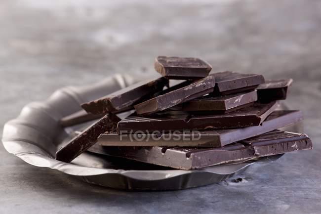 Cassé de barres de chocolat noir — Photo de stock
