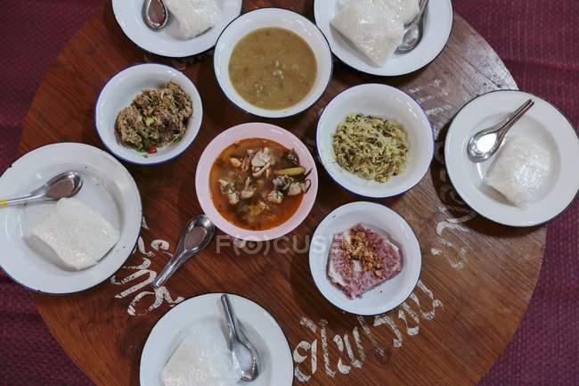 Вид зверху різноманітні тайські страви на дерев'яні таблиці — стокове фото