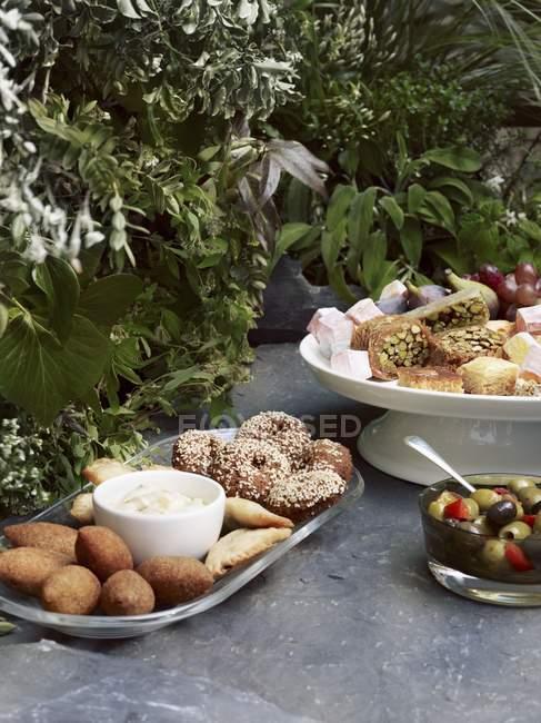 Повышенные вид пикник лотков мезе, оливки, пахлава и лукум — стоковое фото