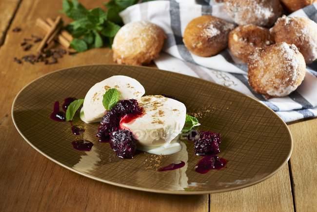 Крупним планом подання з Напівлюкс freddo з грушею соусом і blackberry пюре — стокове фото
