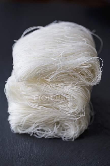 Nouilles de riz oriental crues et non cuites — Photo de stock