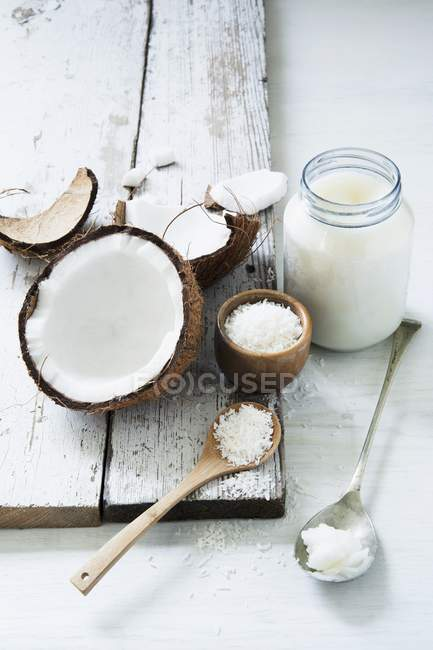 Підвищені подання свіжі і тертим кокосового горіха кокосової жиром — стокове фото