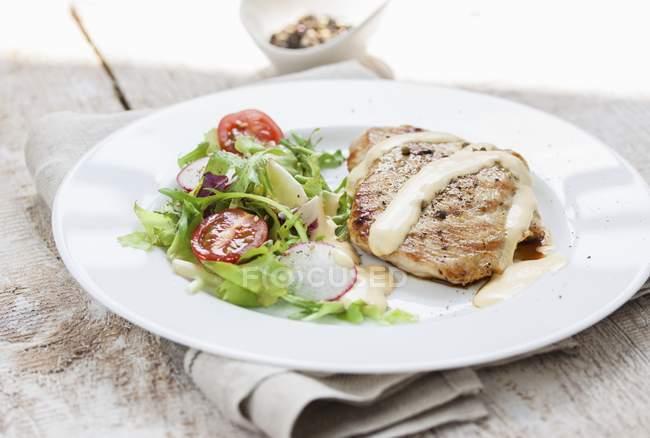 Peito de peru grelhado com molho e salada — Fotografia de Stock