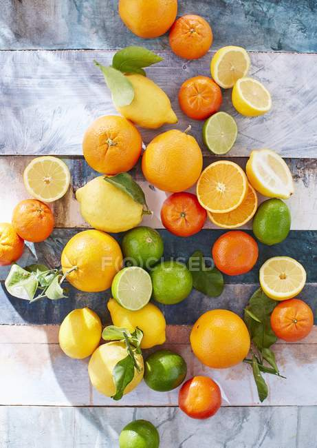 Citrus fruits whole and sliced — Stock Photo