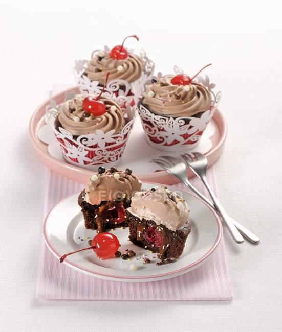 Tortine al cioccolato con ciliegie — Foto stock