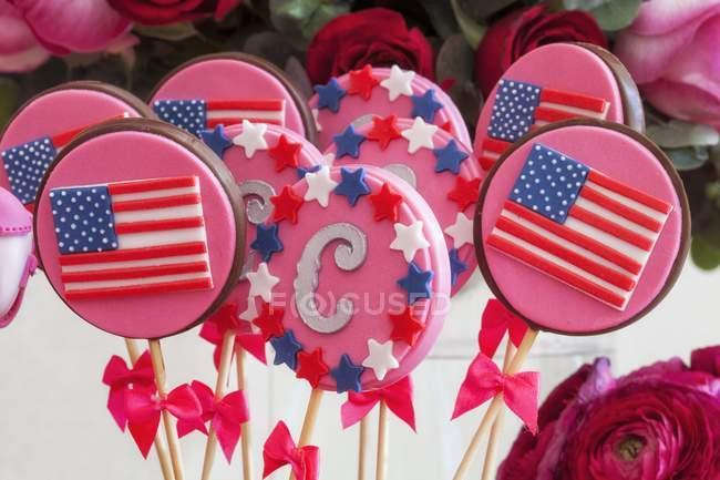 Vista de cerca de los polos de color rosa con rayas y estrellas americanas - foto de stock