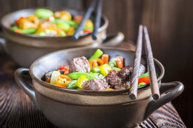 Noodles with beef and vegetables — Stock Photo