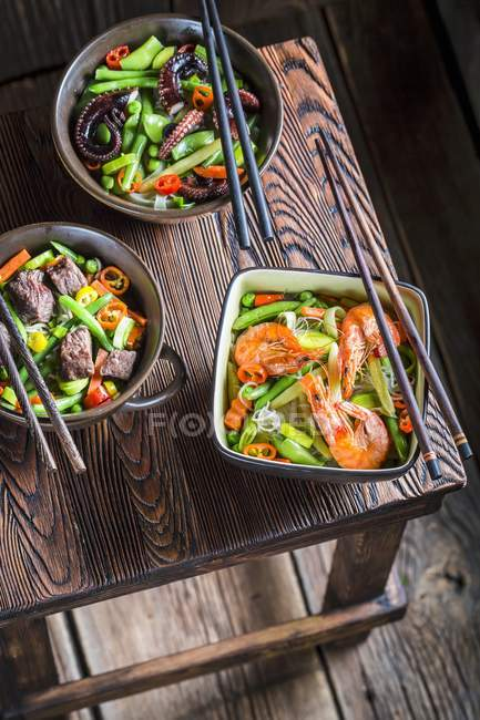 Dishes of noodles with beef, prawns and vegetables — Stock Photo