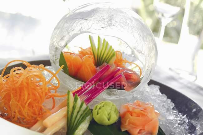Крупним планом подання сашимі на на тацю і в межах декоративні льоду м'яч — стокове фото