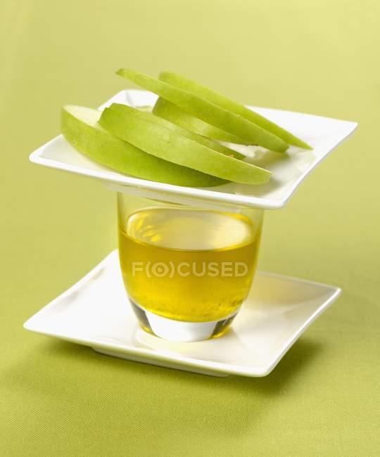 Оливковое масло и нарезанный зеленое яблоко — стоковое фото