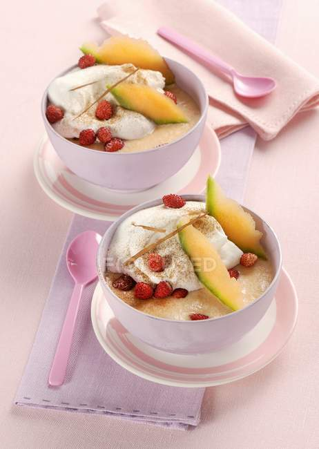 Sorvete de melão com creme e morangos — Fotografia de Stock