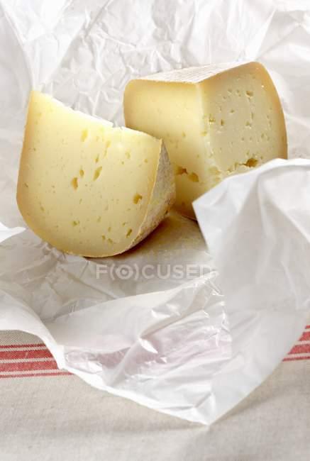 Два кусочка сыра — стоковое фото