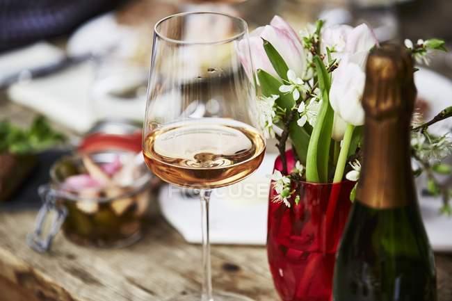 Келих шампанського з троянди — стокове фото