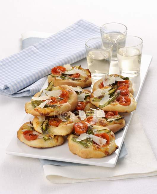 Mini pizzas with asparagus — Stock Photo