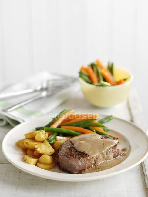 Gepfefferter Steak mit Gemüse — Stockfoto