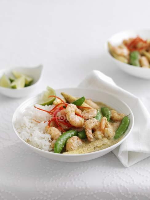 Curry de crevettes au riz et légumes — Photo de stock