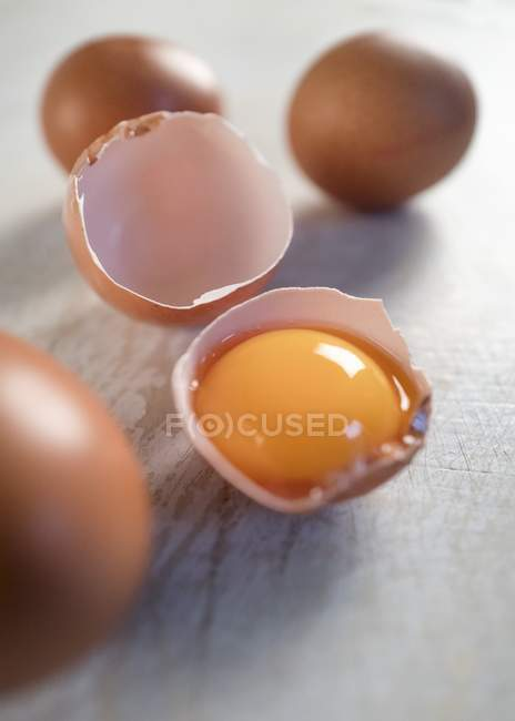 Сырой яичный желток в яичной скорлупы — стоковое фото