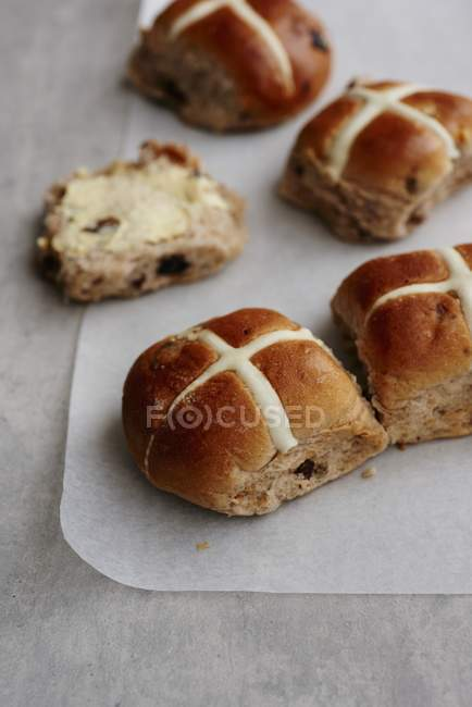 Hot cross bollos de pasas de uva - foto de stock