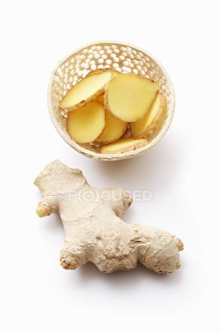 Whole and sliced ginger root — Stock Photo