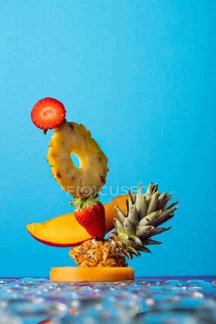 Escultura de frutas y fresas - foto de stock