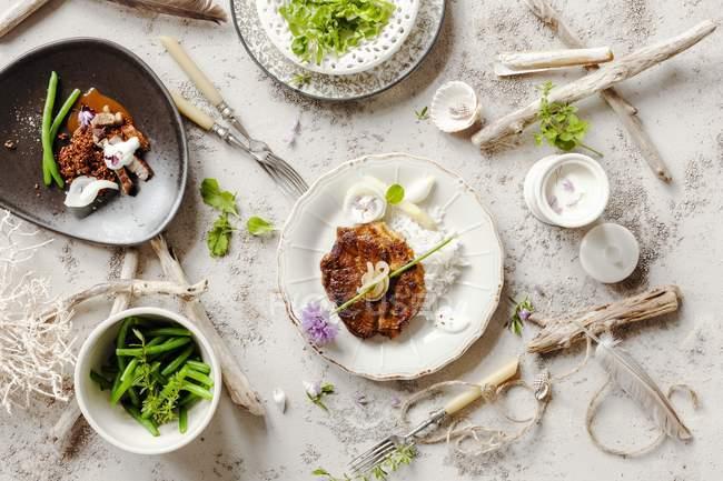 Vista superior de platos de mariscos en la mesa decorada con madera de deriva - foto de stock