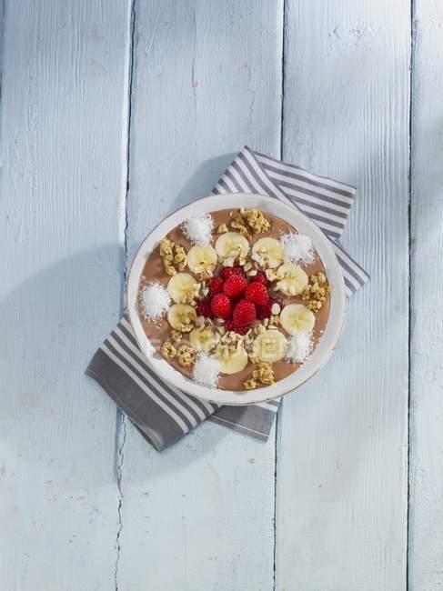 Мюслі з шоколадом, горіхами і банани — стокове фото