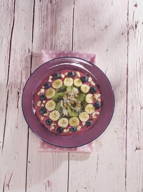 Muesli con arándanos, plátanos y kiwis - foto de stock