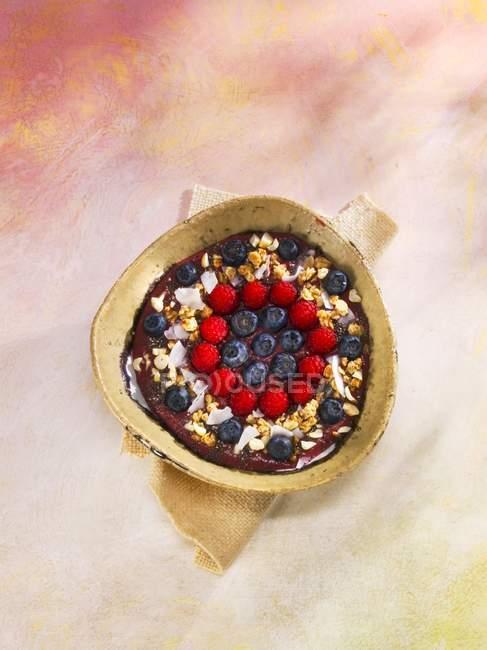 Мюслі чорниці, малина і кокосові горіхи — стокове фото