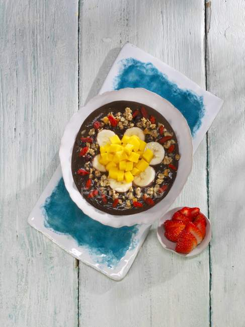 Muesli con ananas, manghi e kale — Foto stock